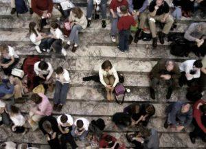 Pessoa-com-fobia-social-em-meio-a-multidão